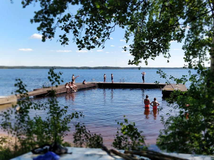 Uimapaikka ja lapsia uimassa