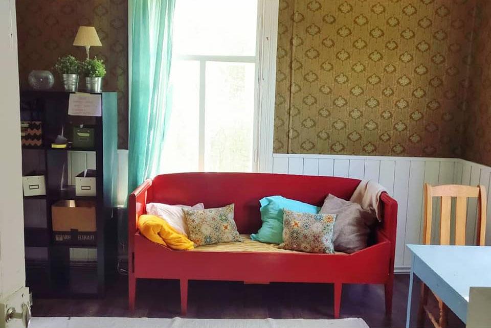 Päätalon kammari, vanha puinen sohva