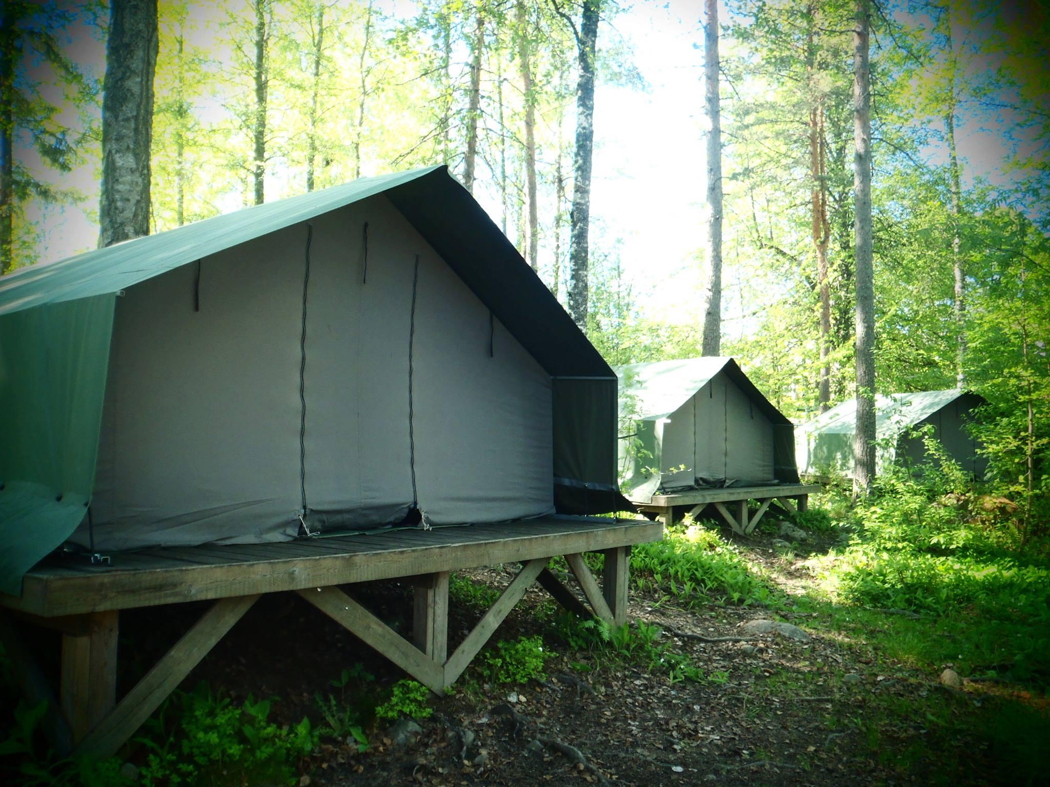Telttakylän teltat puupohjilla