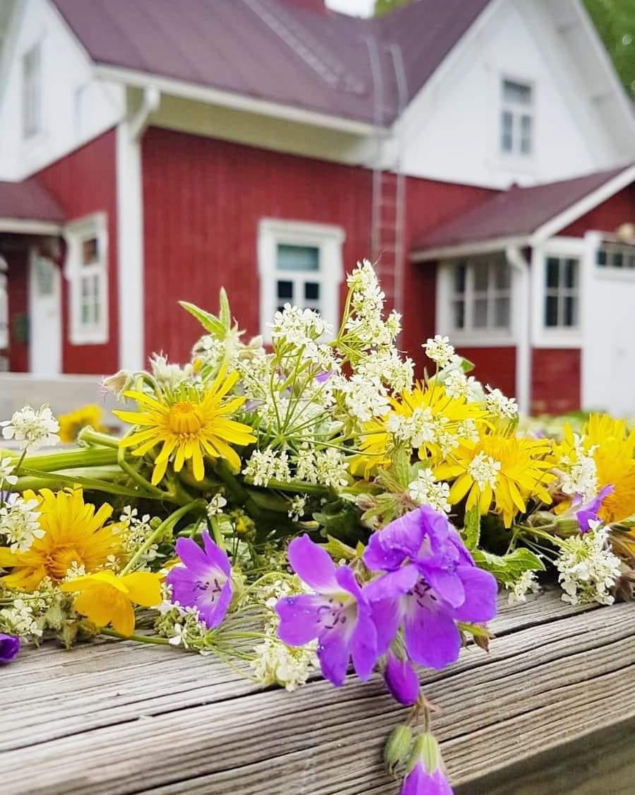 Huvikumpu ja edessä pöydällä kukkaseppele